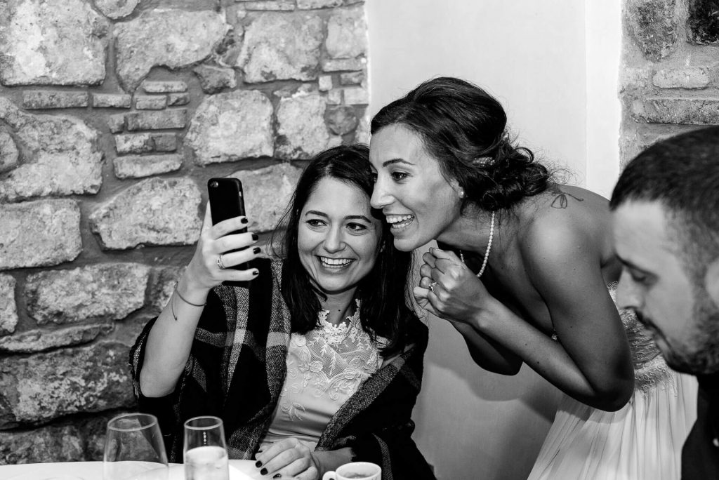Boda Hyula & Evren novia selfie | Manel Tamayo wedding photographer