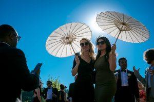 Boda Sarra & Maz parasol invitadas | Manel Tamayo Wedding Photographer